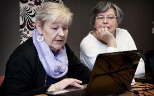 Annika Andersson och Margaretha Lif hade i onsdags sin fjärde lektion i dataanvändande hos ABF. Foto: Peter Ohlsson