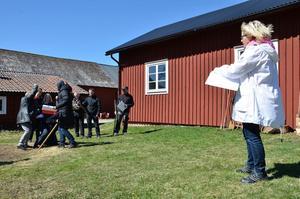 Bråket mellan bönderna i Nalavi och karolinerna varade i tre dagar. Här ser regissören Gunilla Pihlblad hur karolinerna slår ner Nalavibonden Olof som inte vill att drängen Mårten ska bli soldat. Foto: Jan Wijk