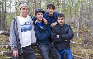 Issa, Micke Ärfström, Latif och Sadam på väg till kvarnen.