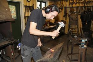 Systemet med en gästarbetande gesäller i lilla smedjan fortsätter. Sedan i april i år är det den 35 - årige tysken Maik Salzman som utvecklar sin egen smideskonst, leder kurser och demonstrerar hantverket för intresserade besökare.