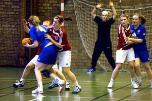 Trots ett resulut försvarspel lyckades inte tjejerna i F94-laget freda sig mot IFK Arboga i säsongens och klubbens sista match.