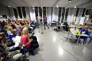 Vi i femman direktsänds i P4 Dalarna. Gårdagens kvartsfinal avgjordes i Kvarnsvedens skolas matsal.