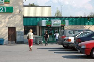 INKÖP. Den som har inköp som serviceinsats i Tierp får fortsatt alla sina matvaror inhandlade här på konsum-affären. OBS! Personerna på bilden har inte med sammanhanget att göra.