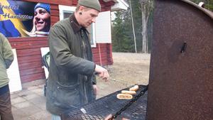 Martin Winqvist stod och grillade korv.
