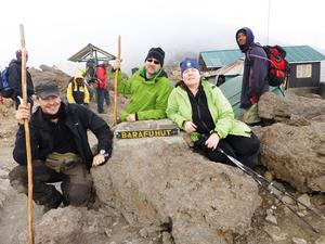Framme vid Base Camp, Barafuhut på ca 4.600 meters höjd. Här skulle gänget vila några timmar innan toppbestigningen som påbörjades omkring midnatt. På Bild, Johan Mikael, Carina.