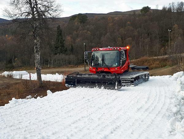 Den sparade snön ska vara utlagd efter helgen. Sedan ska allting pistas klart och så ska den få ligga till sig och få en yta som gör den hållbar.
