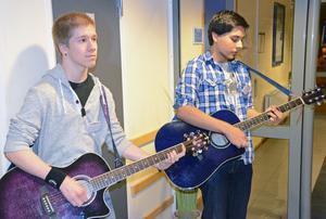 Esteteleverna från rockgymnasiet bjöd på sång och musik vid gymnasiemässan med Jon Bergman t v och Tim Olsén på gitarr. Blir det nog många sökande tas programmet upp igen nästa höst, efter ett uppehåll i år.
