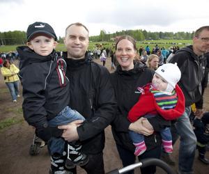 Mattias och Sara Cronqvist tog med sig Max och Moa för att titta på vårystra kossor.