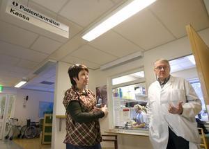 Vårdenhetschef Ann Britt Vestlund och familjeläkare Håkan Briland vid mottagningen i Friggesund tycker att det är olyckligt att det blivit så mycket motstridig information om deras arbetsplats, nu när vårdvalet dragit igång.