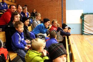 En hel del publik hade samlats på läktaren i Alléhallen.