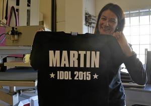"""engagemanget. Annelie Anderbert, butikschef i Lindesberg, med en """"Martin-tröja"""".Arkivfoto: Eleonore Lennermark"""