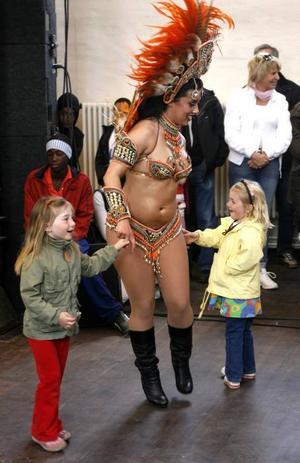 Stina Björklund-Hammarström, 4, och Nelly Lindell, 4, shakade loss med Pilar Matta från Club Latino Zen-Zen som uppträdde i Stora Retorten under invigningsfestligheterna.Foto: LASSE HALVARSSON