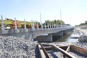 Nu läggs järnvägsspåret ovanpå den 200 meter långa bro som byggts över sjön Trösken.