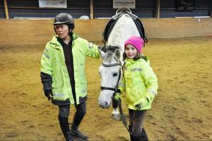 Åsa Roos ska värma upp hästen Basilisco en stund innan lektionen börjar. Dottern Nellie hjälper till.