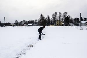 Stefan Edfeldt skottar sig fram till den planerade altanen för det attefallshus som hamnar närmast fotbollsplanen i Lit.