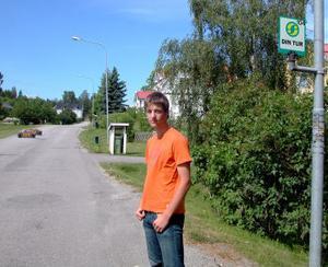 Björn Forsberg bor alldeles intill den busshållplats där han klev på för att åka till gymnasiet i Sundsvall. Det blir omöjligt när höstterminen börjar eftersom turlistan hårdbantats.
