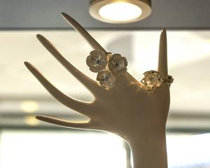 En tribut till Hälsingland, ett silversmycke med linblomman.