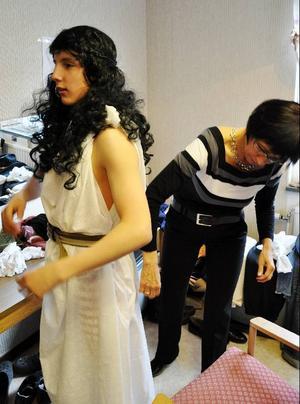 Einar får hjälp av mamma Ulla att fixa till så kläderna inför första numret där antikens musikhistoria ska behandlas.