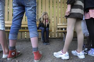 Många av de elever som mobbas i skolan blir även utsatta för brott.