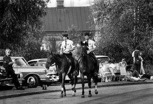 Power Meet 1985, ridande poliser spanar in läget.