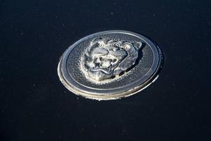 Emblemet med den rytande jaguaren saknar motstycke i bilvärlden.