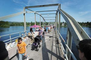Intresset för loppisen på bron var stort. Segersta byalag kommer därför att göra om det till nästa sommar.