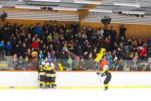 Trots ett massivt hemmastöd föll Skogsbo knappt mot Västerås. Här jublar SSK-spelarna efter Filip Lundhs 1–1-mål.