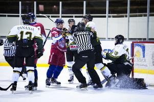 Det hettade stundtals till i premiärmatchen mellan Falu IF och Enköping. Här är det lite