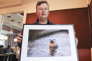 Fotografen Mats Wilhelm med en utter i Fyrisån som han fotograferade 2008.