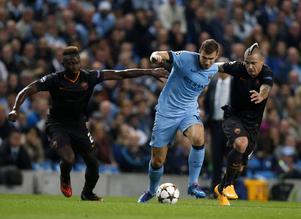 Aston Villas försvar kommer att få jobb hårt för att få stopp på Manchester Citys målfarlige Edin Dzeko.