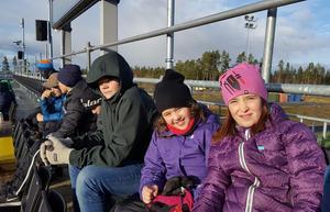 De unga HIK:arna hade det mysigt på Jämtkraft när ÖFK körde över Elfsborg med 4-1. Foto: Hede IK