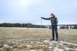 Daniel Hedin vid en av de käppar där han mäter snödjup – när det finns snö att mäta.