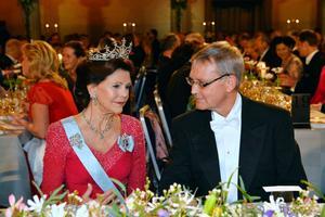 Drottning Silvia och ordföranden i Nobelstiftelsens styrelse Carl-Henrik Heldin vid honnörsbordet under Nobelbanketten.