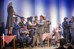 Kammarmusiksättning, kör och fem solister i operan