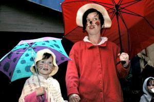 Farmor Skogsmus får ta sig i akt. Det finns många djur som tycker att en mus till middag skulle passa dem. Hon gömmer sig under paraplyet.