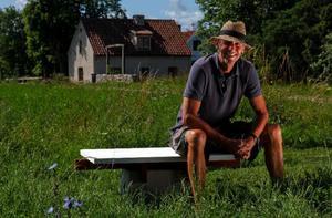 Håkan Nesser är just nu bosatt i London med sin fru. Men sommaren tillbringar han i sitt hus på Gotland och det är troligen här han kommer att slå sig ned för gott när familjen återvänder till Sverige. Foto: Sören Andersson