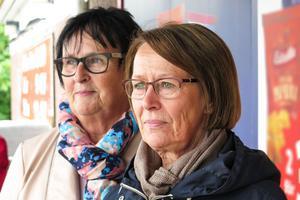 De Hammerdalsbördiga Västeråssystrarna Ulla Käll  till vänster och Kerstin Sandberg väntade under Icabutikens tak på Joeltåget.