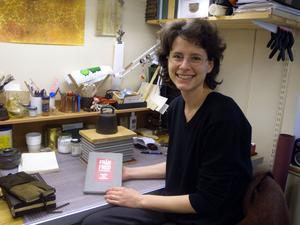 Sandra Marten från Tyskland går sista året på bokbindarutbildningen - och jobbar just nu med att binda denna exklusiva bok, som bara ges ut i 50 exemplar.