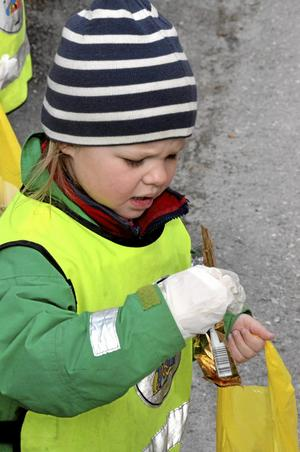 -Titta, jag hittade något guldigt och silvrigt! ropar Majken Rahlén och håller upp ett chokladpapper.