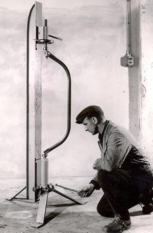 Gunnar Thuresson testar en sågbåge.