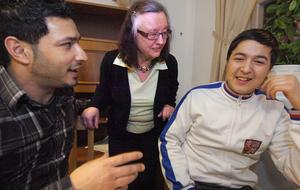 Eivor Eriksson passar på att prata med Farhad Sidiki och Amin Yahya.