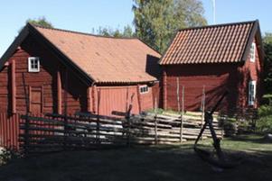 På Kvargården står mjölkvarnen (t.v.) fortfarande kvar bredvid huset (t.h.) där arbetarna sov.