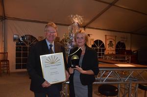 Kjell Claesson visar stolt upp utmärkelsen Årets Företagare 2015 tillsammans med Företagarna Avestas ordförande Susanne Holmberg.