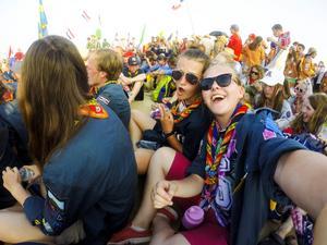 Den här selfien tog Vilma under invigningen av det gigantiska evenemanget med 30 000 scouter. Nu befarar man att en dödlig smitta kans spridas mellan deltagarna.