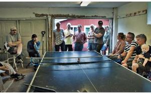 Ledsna och oroliga föräldrar samlades i det intilliggande garaget på Sjugare skola.FOTO: BOEL FERM
