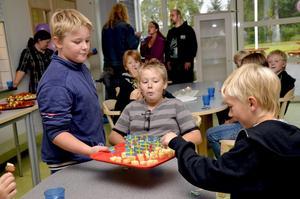 Serverar. Oscar Karlsson, Kasper Sandell och Andreas Käck tog för sig av det goda tilltugget som bjöds på måndagen i nya Snavlunda skola.