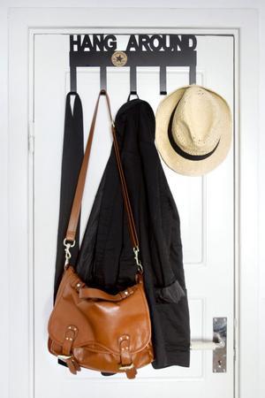 Garderobsdörr med hängare och accessoarer.