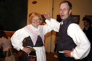 TRADITIONSENLIGT. Kommunalrådet Marie-Louise Dangardt (S) och Hans Larsson (C) kom till måndagens fullmäktige i Torsåkers bygdegård iförda Torsåkers dräkten.