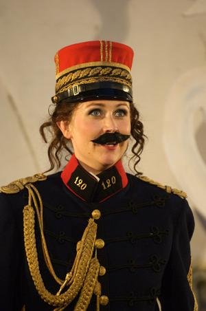 """Clarice (här utklädd till sin bror Lucindo) i Gioachino Rossinis """"Äkta kärlek sökes"""" (2006)."""