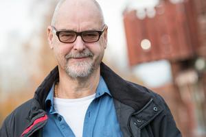 Regissör är Thomas Segerström.
